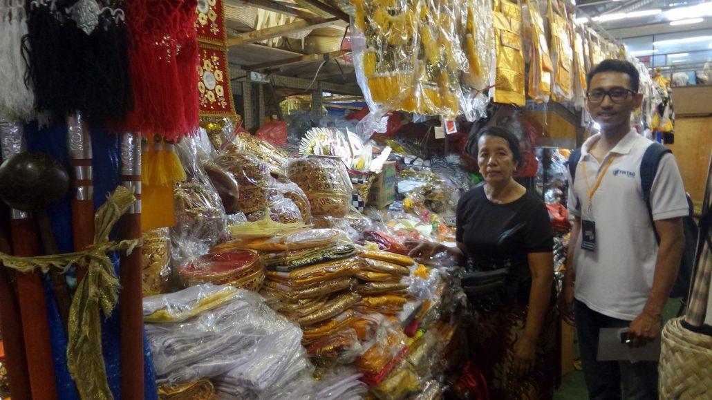 Tim Business Development FINTAG bersama salah satu pedagang pasar Badung, Bali